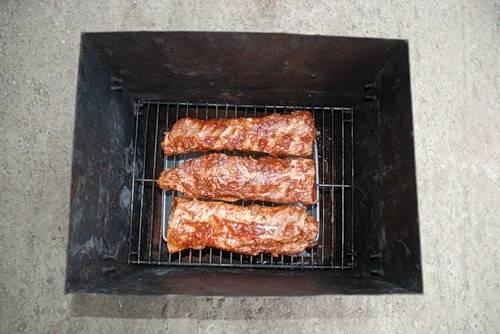 4. Поверх опилок на какую-то импровизированную подставку вроде куска металла, выставим миску с пивом. Сверху поставить решетку, на решетку не плотно уложить замаринованное мясо.