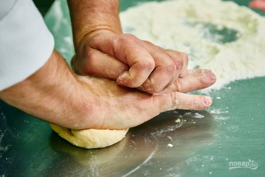2.Замешиваю крутое тесто и периодически подсыпаю понемногу муки, заворачиваю его в пленку и оставляю на 30 минут. После этого снова замешиваю.