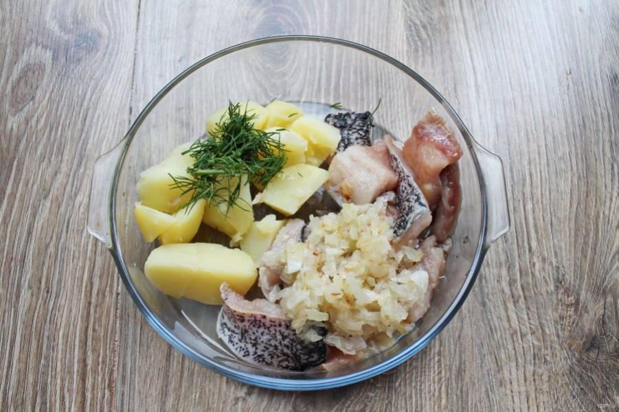 Репчатый лук обжарьте в течение 7 минут. В миску сложите порезанный картофель, порезанное филе, обжаренный лук и зелень.