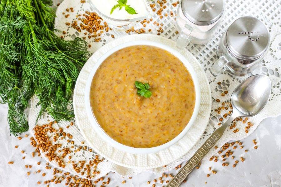 Перелейте его в пиалу или тарелку, попробуйте на вкус и слегка остудите перед кормлением малыша. Остаток супа можно хранить в холодильнике в течение суток, прогревая в микроволновке или ковше на обед. Но помните, что он после остывания станет гуще.