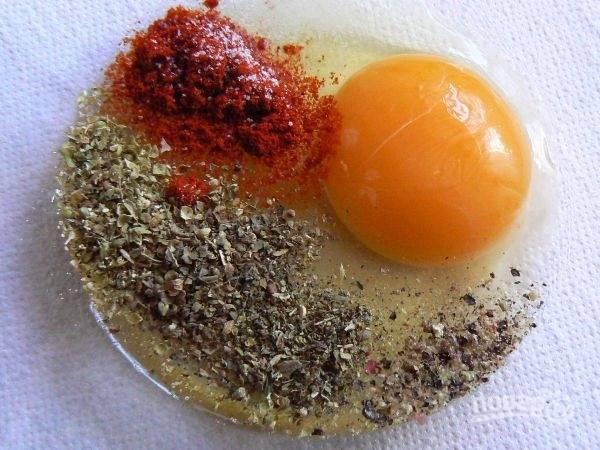 Взбиваем яйцо со специями и солью.