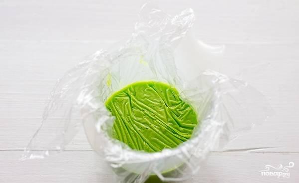Перелейте глазурь на пищевую плёнку, уложенную в стакан. Оставьте её в холодильнике минимум на 12 часов.