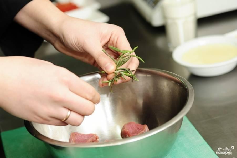 Мясо сложить в миску, добавить к нему розмарин.