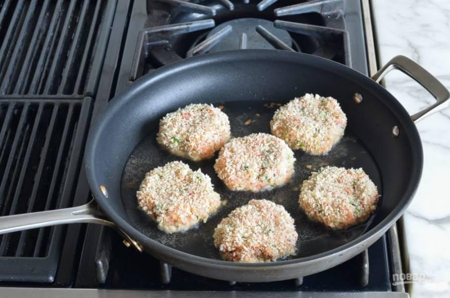 В разогретой с маслом сковороде обжарьте котлетки до румяной корочки, по 2-3 минуты с каждой стороны.