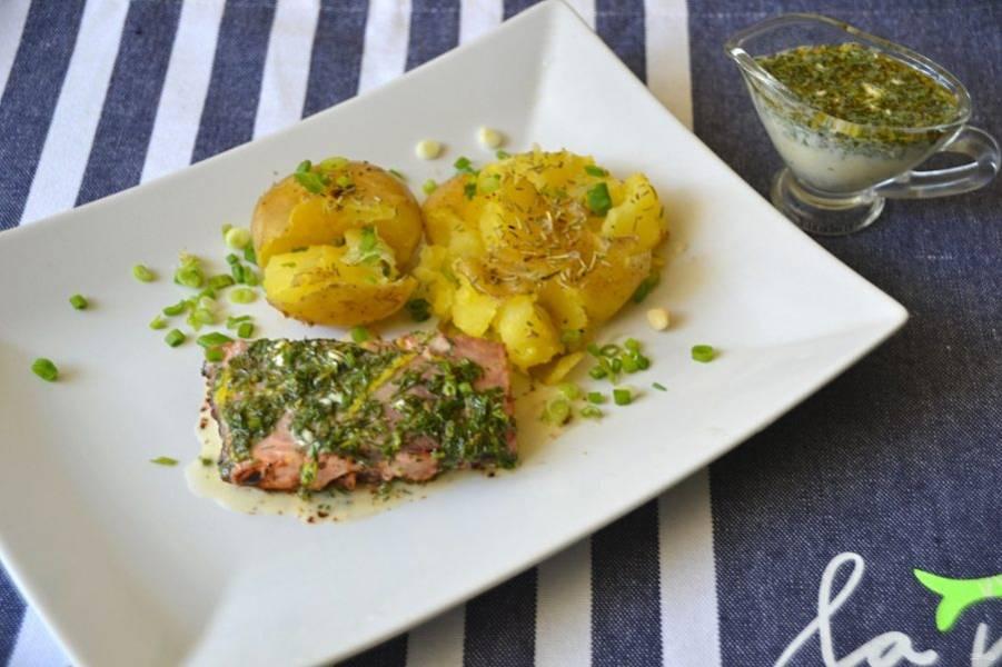 Поливайте лимонным соусом рыбу перед подачей. Сочетание лимона и сливок в соусе, дополненный ароматными травами, отлично подходит к жареным рыбным стейкам.