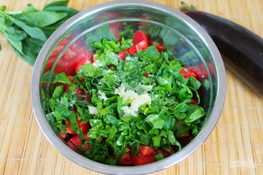 Заправляем салат оливковым маслом, затем добавляем соль и пропущенный через пресс чеснок. Перемешиваем.