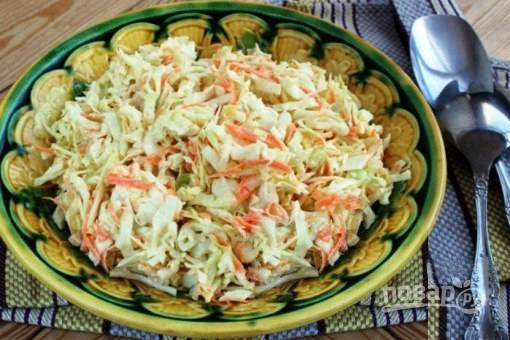 Посолите по вкусу, оставьте салат в холодильнике на 30-60 минут, а затем подавайте на стол.