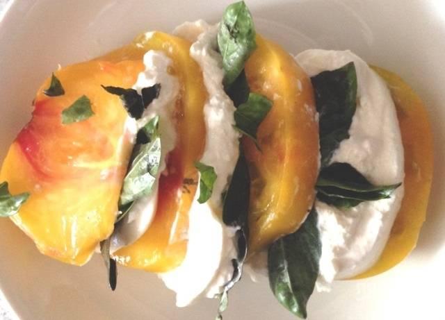 3.Выложите поочередно ломтик помидора, сыр и пару листочков базилика, и так до окончания продуктов.