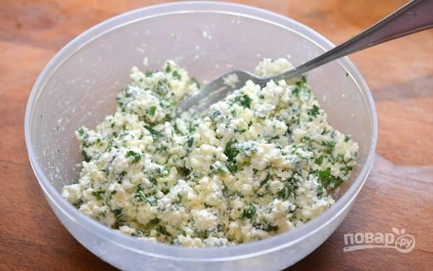 2. В глубокой мисочке соедините ингредиенты для начинки: рикотту (творог), зелень, чеснок и перемешайте.