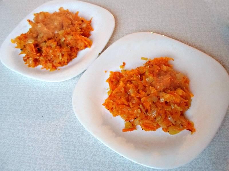 Разделите лук с морковью примерно на две равные равные части.