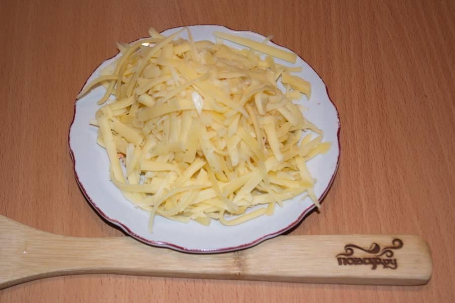 Твердый сыр натрите на крупную терку.