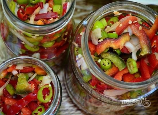 А теперь можно готовить салат двумя способами. Первый: раскладываем овощи по банкам, заливаем горячим маринадом. Минут через 5 маринад сливаем, кипятим и опять заливаем овощи в банках. Второй: овощи опускаем в кипящий маринад, варим 4-5 минут после закипания и раскладываем салат по банках.