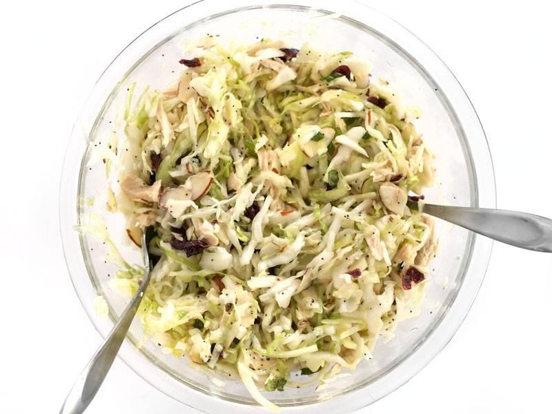 5.Хорошенько перемешиваю все составляющие, а затем настаиваю салат в холодильнике 15-30 минут.
