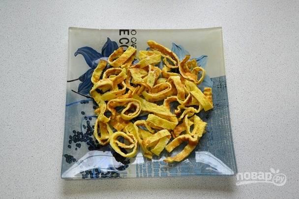11. На тарелку для подачи выложите половину яичных блинчиков.
