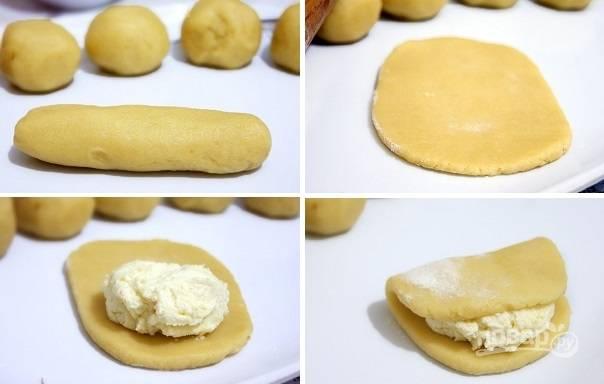 5. Тесто разделите на 6 одинаковых частей. Скатайте сначала колбаску, а после раскатайте лепешку. Выложите начинку и аккуратно сверните тесто пополам, как на фото.