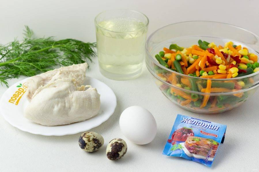Подготовьте все необходимые ингредиенты. Я выбрала мексиканскую смесь овощей со сладким перцем. Филе куриной грудки заранее отварите в подсоленной по вкусу воде. Грудку достаньте, а бульон процедите. Будем готовить заливное на бульоне, а не на воде. Яйца заранее отварите. На предложенное количество ингредиентов у меня получилось 2 глубокие тарелочки заливного, диаметром 20-22 см.