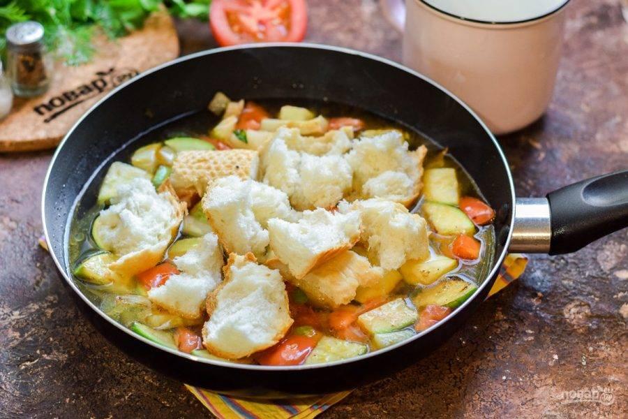 Добавьте в сковороду бульон, батон, все специи. Варите суп под крышкой 20 минут.