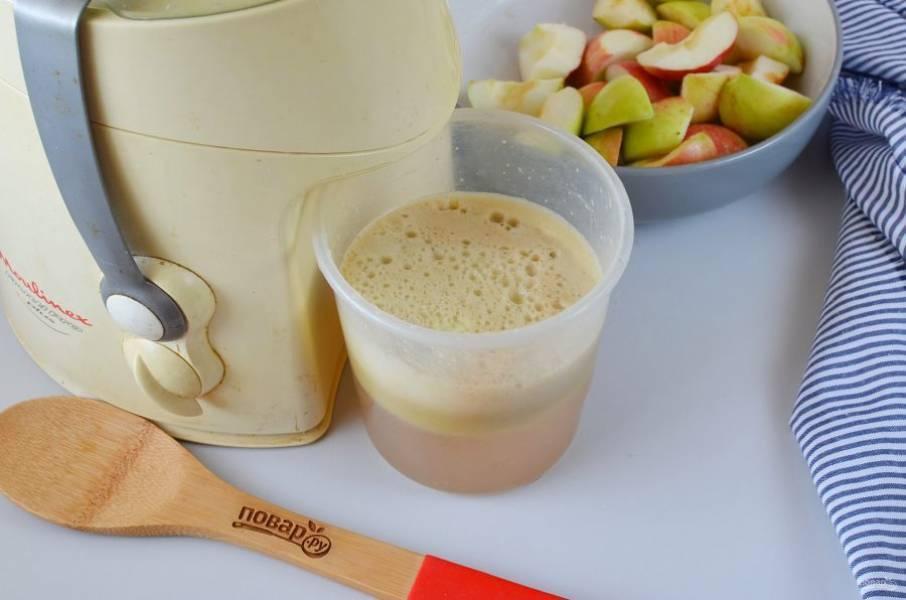 Отожмите сок из яблок.