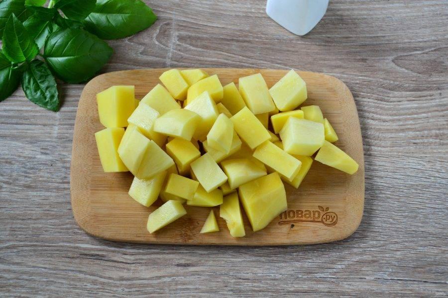 Пока готовится бульон, подготовьте все овощи. Картофель порежьте на небольшие кусочки.