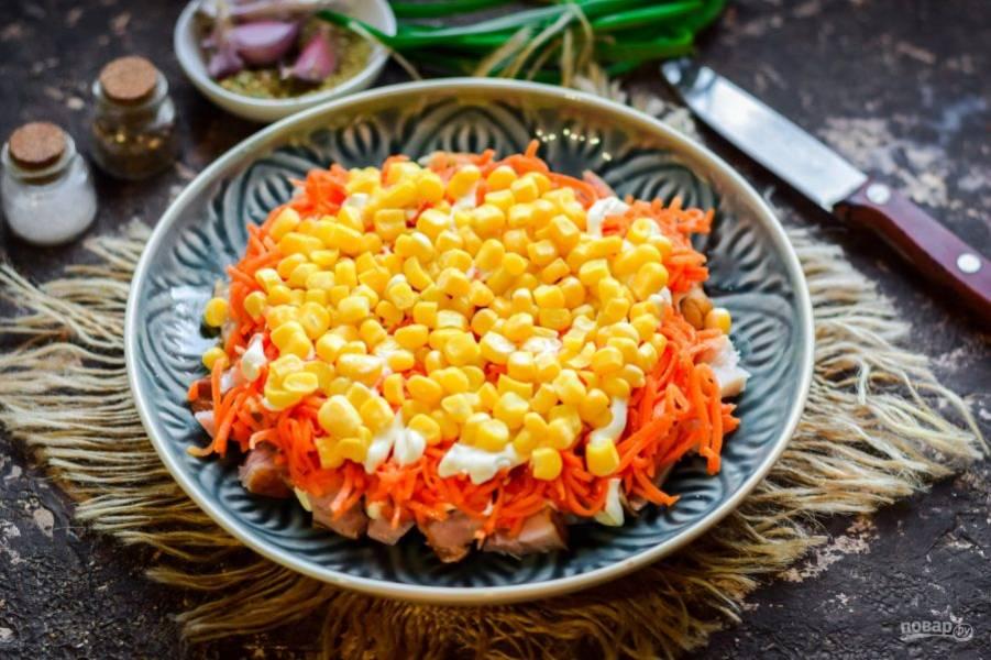Далее выложите слой сочной, сладкой кукурузы.