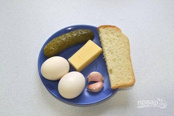 1. Первым делом отварите яйца вкрутую, затем быстро остудите под проточной холодной водой.