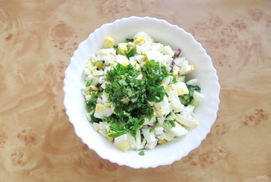 Мелко нарежьте петрушку и добавьте в салат.