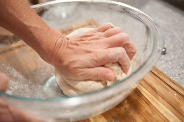 3. Замесить тесто, чтобы оно не липло к рукам. Накрыть чистым полотенцем и оставить в теплом месте на 40-50 минут, чтобы тесто увеличилось в объеме.