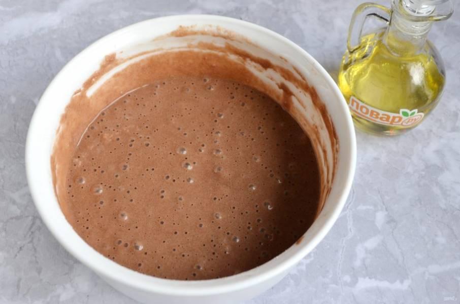 6. В самом конце положите ложечку масла. Тесто готово.