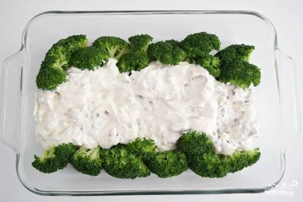 2. Очистите и нарежьте средними кубиками луковицу. Обжарьте в небольшом количестве масла до легкого золотистого цвета. Соедините лук со сметаной. Добавьте соль, перец по вкусу и при желании другие специи. Полученный соус выложите в форму. Перед вами вот такой вариант, как сделать брокколи в духовке со сметаной, но вы можете распределить соус и по всей форме равномерно.