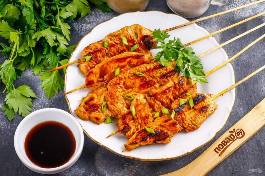 Подавайте японский шашлык к столу горячим, украсив измельченным зеленым луком.