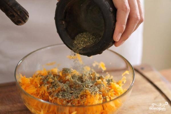 Затем добавляем к тертой и отжатой тыкве наши специи.