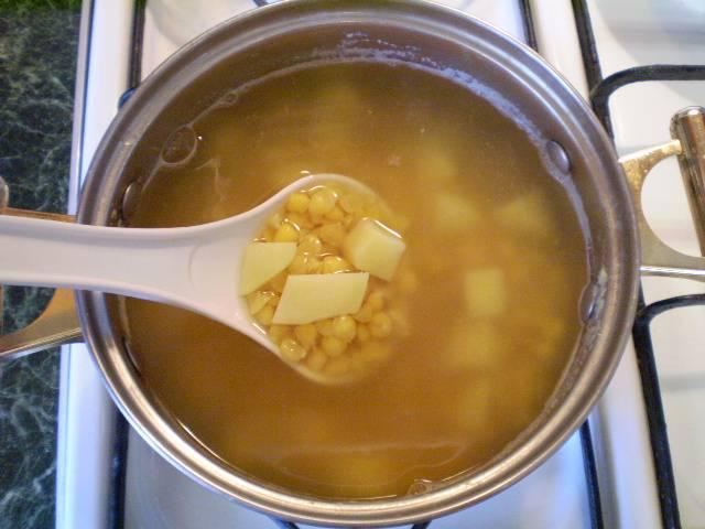 8. Добавьте его в суп. Варите до готовности картофеля. Корректируйте соль, учитывая, что колбаса будет соленой.