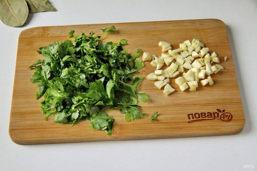 Измельчите ножом зелень и чеснок.