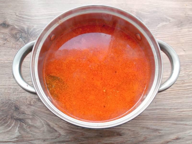 Добавьте овощную массу в кастрюлю с супом и варите еще 7 минут.