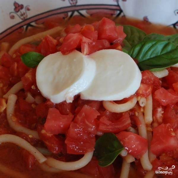 Украшаем блюдо свежей моцареллой (крупно нарезанной или мелко тертой) - и немедленно подаем. Приятного аппетита!