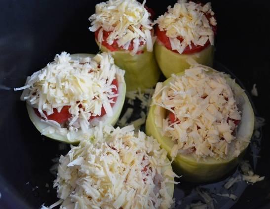 3. Поверх каждого кабачка выкладываем кружочек помидора, и посыпаем тертым сыром. Запекаем на полной мощности 20 минут. Затем, если не пропеклись, ждем 5 минут, и снова включаем на 5-10 минут.