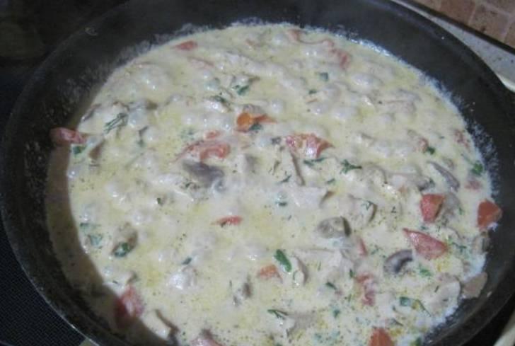 Если хотите, чтобы соус был горячим, потушите куриное мясо прямо с соусом, влив его на сковороду.