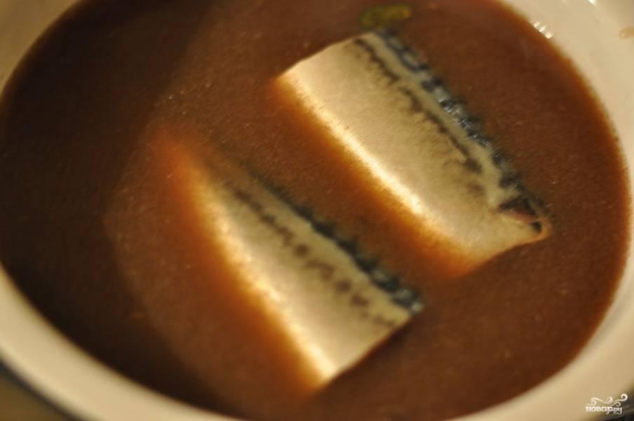 Рыбу порежьте на большие куски (если есть большая посуда, можете и не резать). Залейте маринадом так, чтобы покрыло всю рыбу.