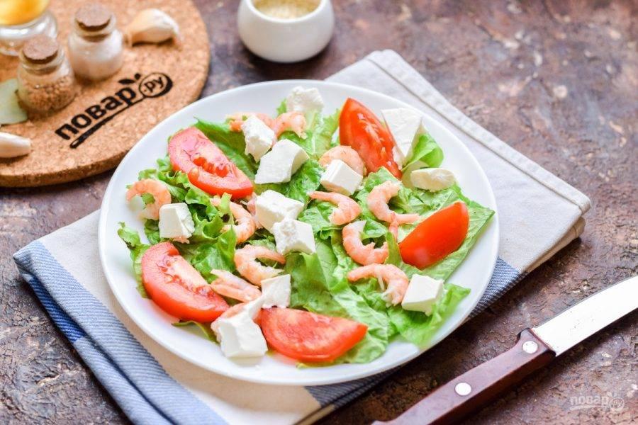 Сыр фета поломайте аккуратно на небольшие кусочки, выложите в салат.