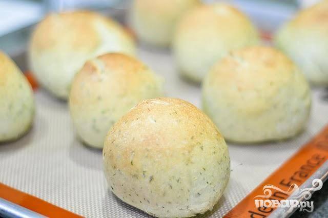 4. Разогреть духовку до 200 градусов. Выпекать булочки в течение 15-18 минут, затем дать остыть по меньшей мере 20 минут перед подачей на стол.