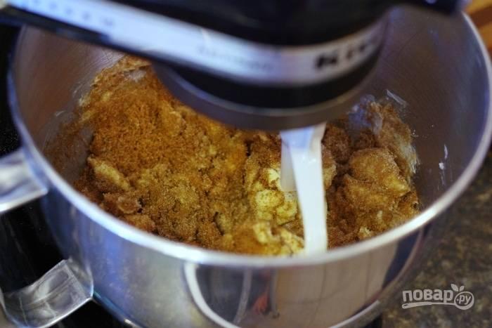 1. Первым делом включите духовку, пусть разогревается до 180 градусов. Размягченное сливочное масло взбейте до пышности с белым и коричневым сахаром.