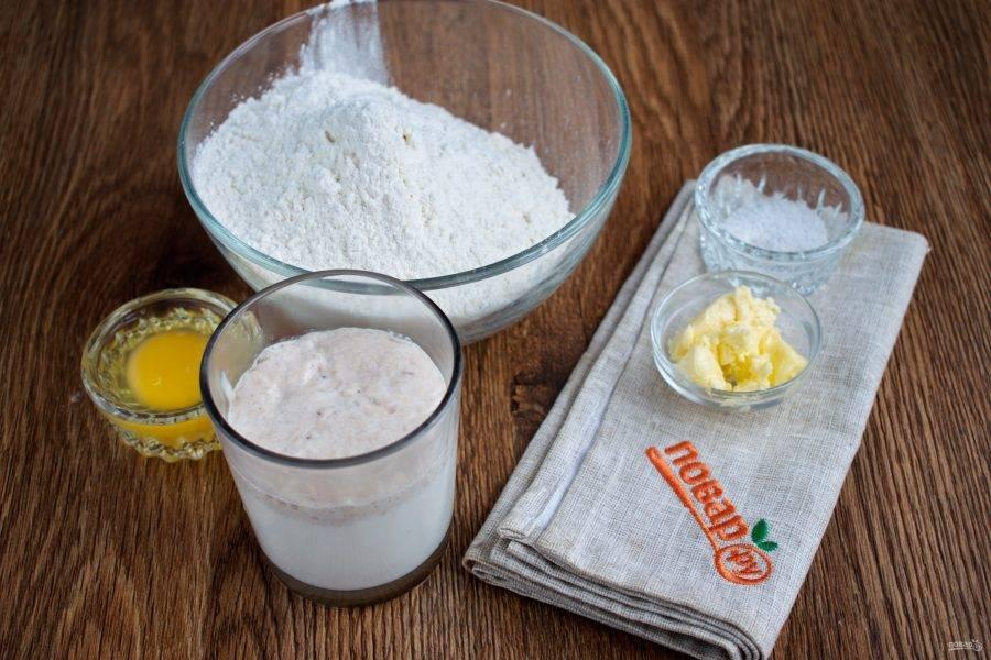 Подготовьте необходимые ингредиенты. Свежие дрожжи и сахар растворите в теплом молоке, поставьте в теплое место до появления пенной шапочки. Муку просейте в миску.