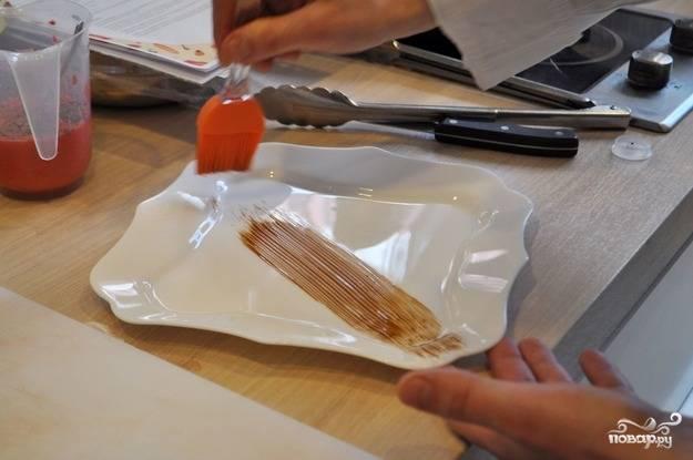 Приступаем к сервировке: бальзамическим кремом сделайте полосу на тарелке кисточкой. Затем выложите на нее мясо.