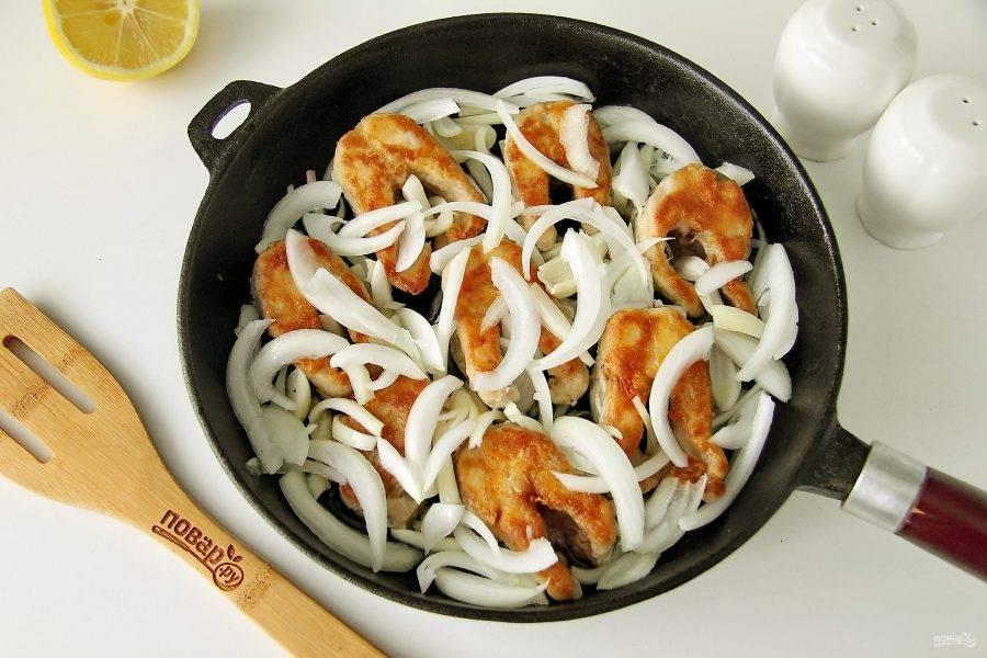 Добавьте к щуке нарезанный перьями репчатый лук. Количество лука зависит от ваших предпочтений. Накройте сковороду крышкой и на небольшом огне доведите блюдо до полной готовности.