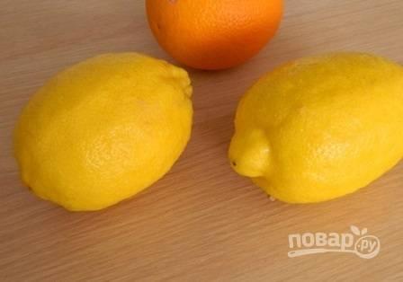 Замороженное слоеное тесто достанем: пусть размораживается, пока мы будем заниматься начинкой. Тщательно горячей водой помоем лимоны и апельсин.