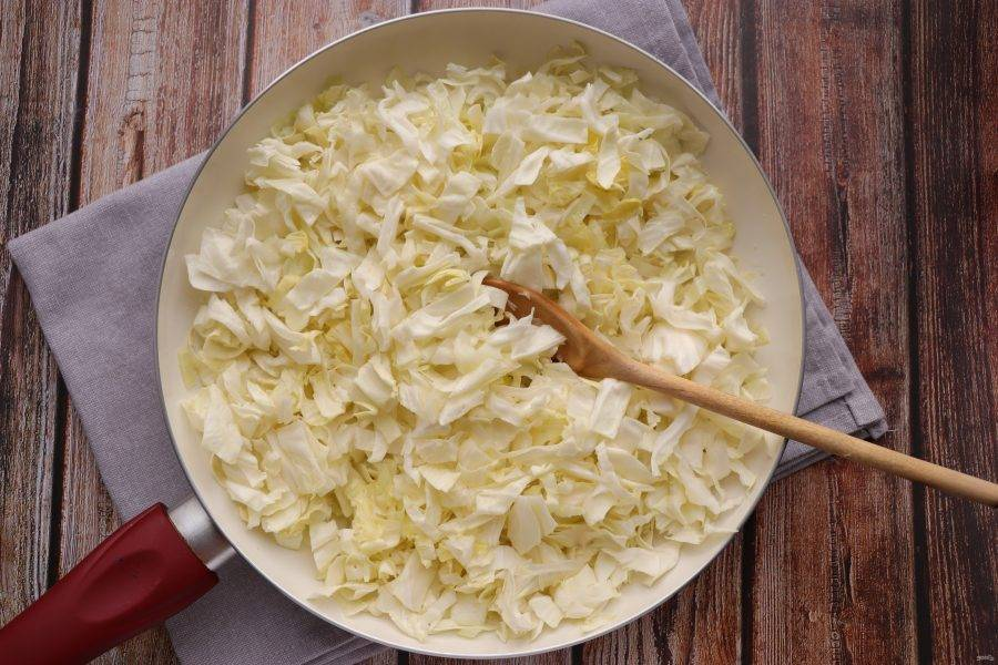 Добавьте мелко нарезанную капусту. Тушите до готовности, в конце посолите и поперчите по вкусу. Дайте остыть.