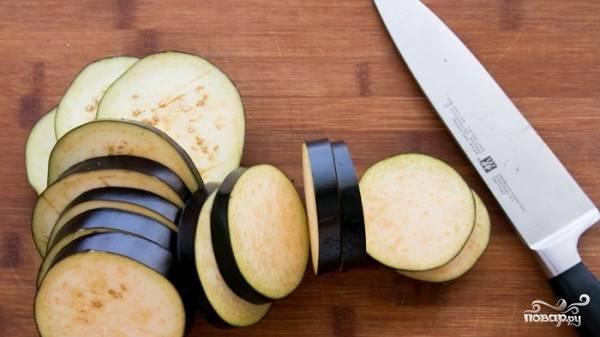 Нарежьте баклажаны кольцами толщиной 1 см.