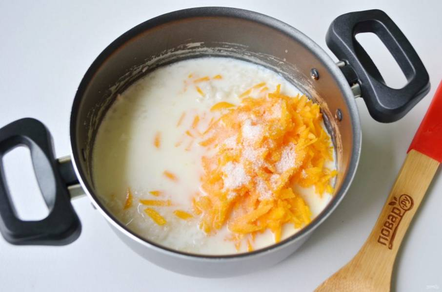5. Добавьте сахар, тыкву, молоко. Доведите до кипения и варите еще 10 минут.