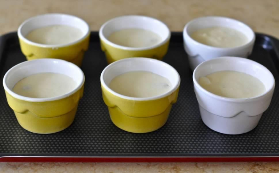 Наполните формочки творожной массой и отправьте в духовку.