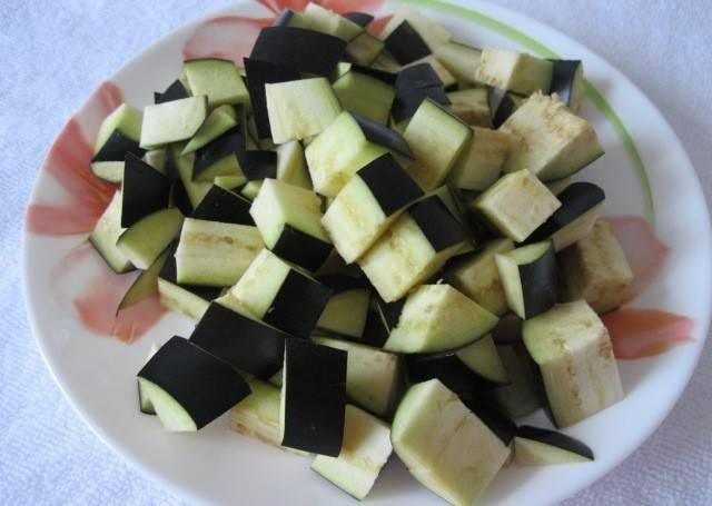 4. Баклажаны нарезаем кубиками, солим и даем немного постоять (пока жарятся кабачки). Отправив баклажаны к мясу, накрываем крышкой и дарим до готовности овощей.
